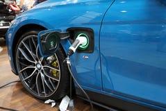 Stecksystem des elektrischen Automobils BMWs i8 angezeigt an der 3. Ausgabe von MOTO-ZEIGUNG in Krakau polen Stockbilder