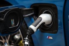 Stecksystem des elektrischen Automobils BMWs i8 angezeigt an der 3. Ausgabe von MOTO-ZEIGUNG in Krakau polen Lizenzfreies Stockfoto