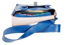 Steckt eine kleine weibliche Handtasche ein Lizenzfreie Stockfotografie