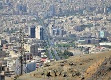 Stedelijk de horizonsatellietbeeld van de Karaj Iraans stad stock afbeelding
