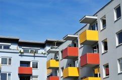 Stedelijk flatgebouw stock afbeeldingen
