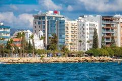 Stedelijk landschap dat de overzeese kustlijn overziet Limassol, Cyprus stock fotografie