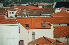 Stedelijk landschap met daken van oude vergoelijkte huizen royalty-vrije stock foto