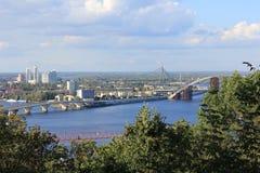 Stedelijk landschap met rivier Royalty-vrije Stock Foto