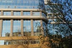 Stedelijk landschap: 101 straat mamina-Sibiryak bij zonsondergang De nieuwe bouw, de bureaubouw 'Manhattan ' royalty-vrije stock fotografie