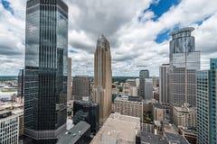 Stedelijk Minneapolis van de binnenstad en omringen Stock Foto's