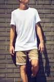 Stedelijk model van kleren met de jonge mens die zich in wit T bevinden stock afbeelding