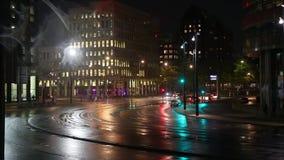 Stedelijk nachtverkeer stock video