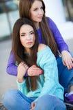 Stedelijk portret van twee mooie meisjes Stock Fotografie