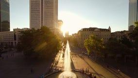 Stedelijk stadslandschap bij zonsonderganghemel stock footage