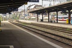 Stedelijk station met verlaten platform Stock Afbeeldingen