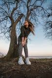Stedelijk stijl en manierconcept Openluchtportret van mooi modieus jong Europees vrouwelijk model met lang bruin haar royalty-vrije stock foto