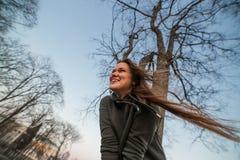 Stedelijk stijl en manierconcept Openluchtportret van mooi modieus jong Europees vrouwelijk model met lang bruin haar stock afbeelding