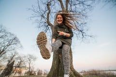 Stedelijk stijl en manierconcept Openluchtportret van mooi modieus jong Europees vrouwelijk model met lang bruin haar stock fotografie