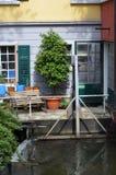 Stedelijk terras door een kanaal met waterval Stock Foto's