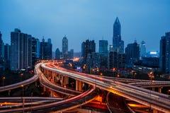 Stedelijk verkeer met cityscape in stad van China Stock Afbeelding