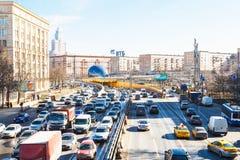 Stedelijk verkeer op Leningradskoye shosse in de lente Stock Foto