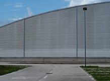 Stedelijke achtergrond voor exemplaarruimte Lege weg voor een modern gebouw van de aluminiumbekleding, met halfronde vorm royalty-vrije stock fotografie