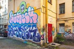 Stedelijke bakstenen muur met kleurrijke abstracte graffiti Royalty-vrije Stock Afbeelding