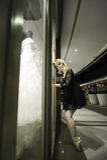 Stedelijke ballerina die tegen venster leunen Stock Foto's
