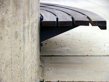 Stedelijke bank van hout en beton Stock Fotografie