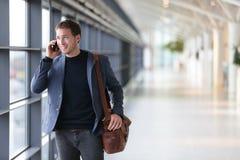 Stedelijke bedrijfsmens die op slimme telefoon spreken Stock Afbeelding