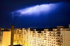 Stedelijke bliksem boven stad Stock Foto