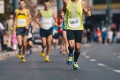 Stedelijke de marathonlooppas van de de herfstdaling Groep actieve mensen die marathonrace in de stad de stad in in werking stell stock foto