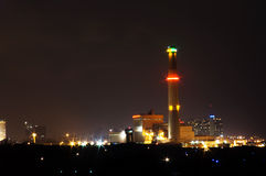 Stedelijke Elektrische centrale bij nacht Stock Foto's