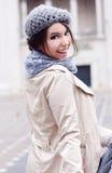 Stedelijke gelukkige jonge vrouw Stock Afbeelding