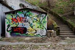 Stedelijke graffitikunst op de oude deur van de grungegarage van verlaten gebied van oud Odessa, de Oekraïne Royalty-vrije Stock Foto's