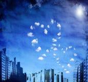 Stedelijke grungeachtergrond met hart gevormde wolken Stock Afbeelding