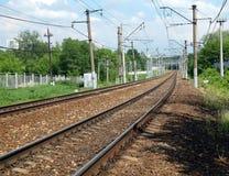 Stedelijke industriële de sporenlooppas van de landschapsspoorweg aan perspectief op zonnige de zomerdag Stock Foto's