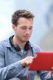 Stedelijke jonge professionele mens op tablet Stock Foto's