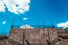 Stedelijke lantaarn op een achtergrond van blauwe hemel Stock Afbeelding