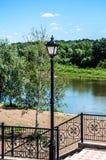 Stedelijke lantaarn op een achtergrond van blauwe hemel Royalty-vrije Stock Foto