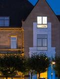 Stedelijke lichten: verlicht huis in Frankfurt, Duitsland Stock Afbeelding