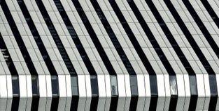 Stedelijke mening, stedelijke bouw, architectuurdetails en fragment in zwart-wit, architectuurfragment in zwart-witte pho Stock Afbeeldingen