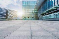 Stedelijke moderne gebouwen en wegen stock fotografie
