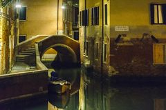 Stedelijke Nachtscène, Venetië, Italië stock foto's