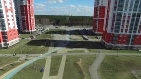 Stedelijke ontwikkeling lengte Woonwijk Academische, nieuwe gebouwen Ekaterinburg, Rusland Het schieten van de lucht door a stock videobeelden