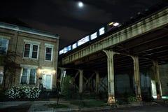 Stedelijke opgeheven stad die van de metro van Chicago CTA een bridg kruisen Royalty-vrije Stock Foto