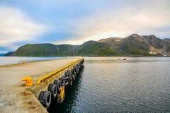 Stedelijke pijler met het mooie landschap van overzees en berg in Noorwegen stock foto