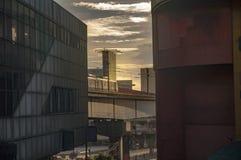 Stedelijke scène in Manilla bij dageraad met spoorweg en de bouwbuitenkanten Stock Foto's