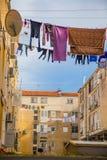 Stedelijke scène met waslijn Stock Foto's