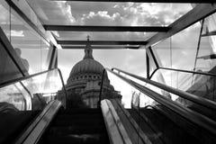 Stedelijke sc?ne in Londen met St Paul Kathedraal royalty-vrije stock foto's