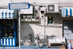 Stedelijke stadslevensstijl met fietspark bij zijweg dichtbij winkel en ingezetene stock afbeeldingen
