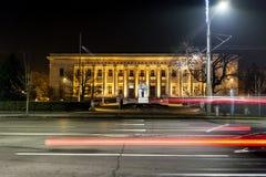Stedelijke stadsweg met auto lichte slepen in Sofia, Bulgarije Stock Afbeelding