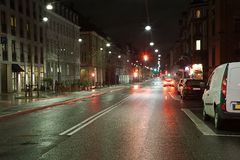 Stedelijke straat bij nacht Stock Afbeelding