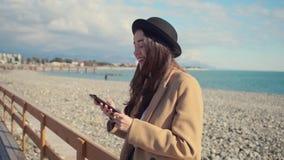 Stedelijke tiener op een strand op weekend stock footage